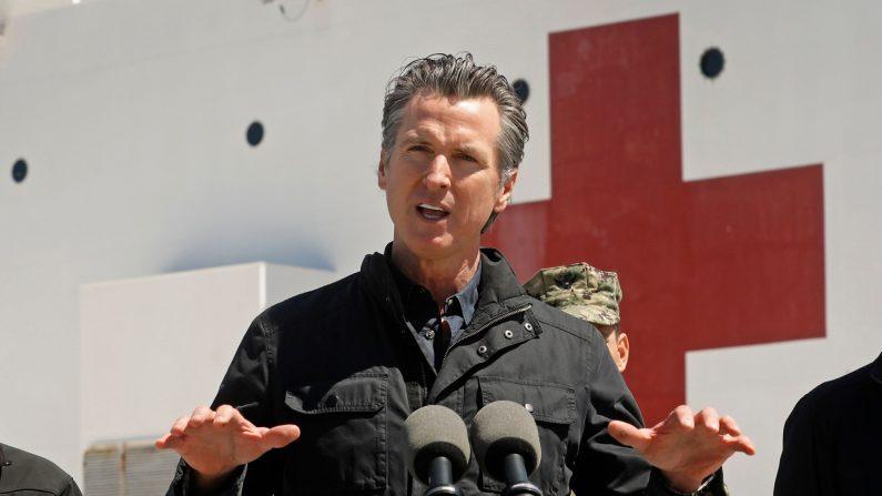 El gobernador de California Gavin Newsom habla frente al buque hospital USNS Mercy después de que llegara al Puerto de Los Ángeles el 27 de marzo de 2020.(CAROLYN COLE/POOL/AFP vía Getty Images)