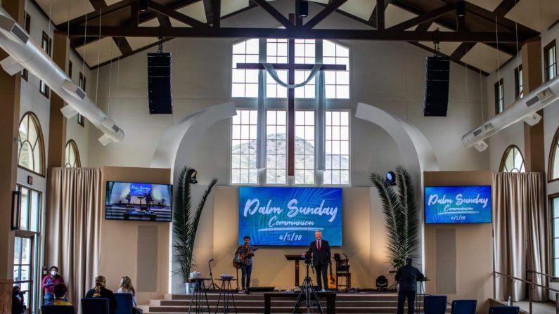 El pastor Rob McCoy dirige una ceremonia de comunión después de un servicio de Domingo de Ramos en línea en el santuario Godspeaker Calvary Chapel el 5 de abril de 2020 en Thousand Oaks, California. (Apu Gomes/AFP vía Getty Images)