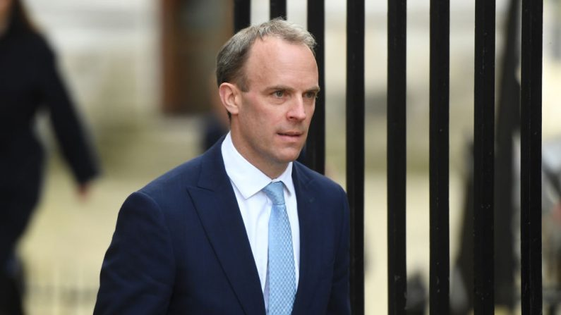 El Secretario de Asuntos Exteriores de Gran Bretaña, Dominic Raab, llega a 10 Downing Street en Londres, Reino Unido, el 6 de abril de 2020. (Peter Summers / Getty Images)