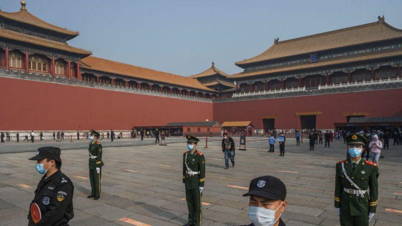 La policía y los guardias paramilitares chinos se paran frente a la entrada de la Ciudad Prohibida en Beijing, China, el 1 de mayo de 2020. (Kevin Frayer / Getty Images)