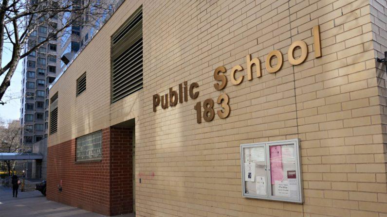 Vista de una escuela pública cerrada mientras el virus del PCCh continúa extendiéndose por Estados Unidos el 22 de marzo de 2020 en la ciudad de Nueva York. (Foto de Cindy Ord/Getty Images)