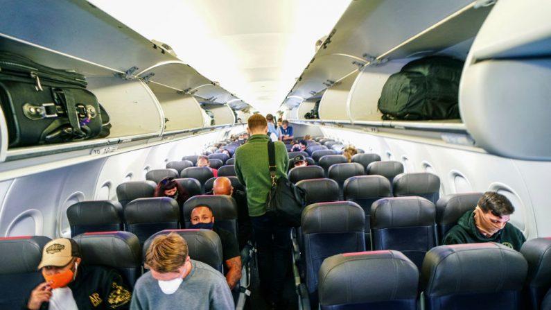 Los pasajeros abordan un vuelo de American Airlines a Charlotte, Carolina del Norte en el aeropuerto internacional de San Diego el 20 de mayo de 2020 en San Diego, California. (Sandy Huffaker/Getty Images)
