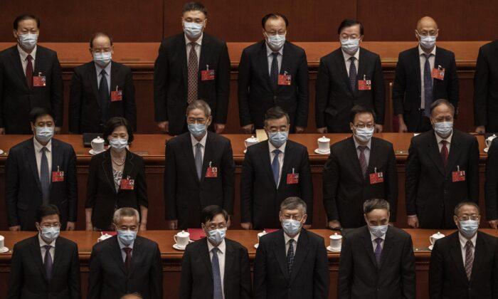 Los delegados del Partido Comunista Chino asisten a la conferencia legislativa títere del régimen en Beijing, China, el 28 de mayo de 2020. (Kevin Frayer/Getty Images)