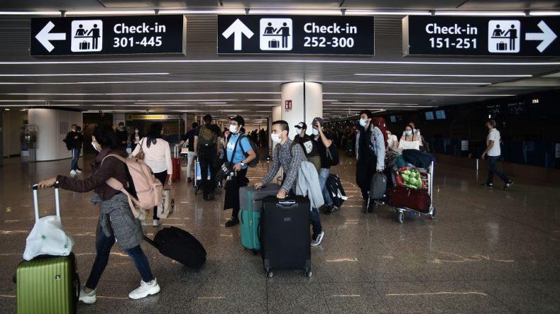 Los viajeros cruzan una terminal del aeropuerto de Fiumicino en Roma el 3 de junio de 2020. (Filippo Monteforte/AFP vía Getty Images)