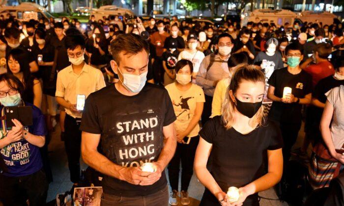 La gente sostiene velas frente al Salón Conmemorativo de Chiang Kai-shek, también conocido como Plaza de la Libertad, para conmemorar el 31º aniversario de la Masacre de la Plaza de Tiananmen de 1989 en Taipei (Taiwán), el 4 de junio de 2020. (Sam Yeh/AFP a través de Getty Images)