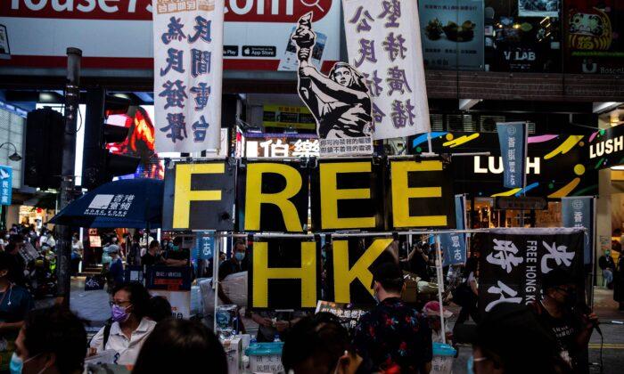 """La diosa de la democracia (arriba centro) y un letrero que dice """"HK libre"""" se ve en un puesto ubicado en una acera cerca del Parque Victoria, en Hong Kong, el 4 de junio de 2020. (Isaac Lawrence/AFP vía Getty Images)"""