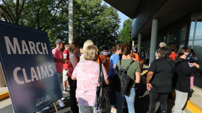 Cientos de residentes desempleados de Kentucky esperan en largas filas, fuera del Centro de Carreras de Kentucky, para recibir ayuda con sus reclamos de desempleo, el 19 de junio de 2020 en Frankfort, Kentucky. (John Sommers II/Getty Images)