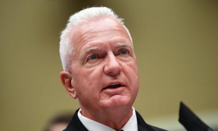 El almirante Brett P. Giroir, secretario asistente de salud, testifica en una audiencia del Comité de Energía y Comercio de la Cámara de Representantes en el Capitolio de Washington el 23 de junio de 2020. (Kevin Dietsch-Pool/Getty Images)