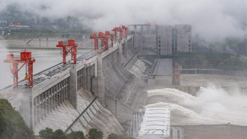La Presa de las Tres Gargantas, un gigantesco proyecto hidroeléctrico en el río Yangtsé, descarga inundaciones en Yichang, la provincia de Hubei en el centro de China, el 29 de junio de 2020. (STR/AFP vía Getty Images)