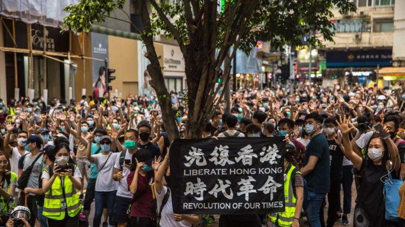 Los manifestantes cantan eslóganes durante una manifestación contra la nueva ley de seguridad nacional impuesta por Beijing en Hong Kong el 1 de julio de 2020. (Dale De La Rey / AFP/Getty Images)