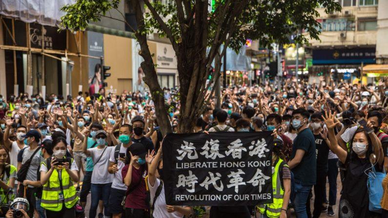 Los manifestantes cantan eslóganes durante un mitin contra la nueva ley de seguridad nacional de Beijing en Hong Kong el 1 de julio de 2020. (Dale De La Rey/AFP vía Getty Images)