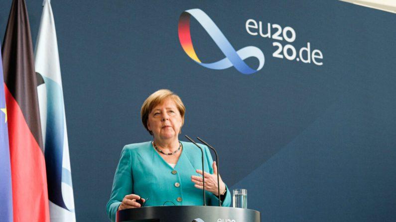 La canciller alemana Angela Merkel y la presidenta de la Comisión Europea Ursula von der Leyen (a través de una transmisión de video en vivo) hablan con los medios de comunicación tras las conversaciones en la Cancillería el 2 de julio de 2020 en Berlín, Alemania. (Christian Marquardt /Getty Images)