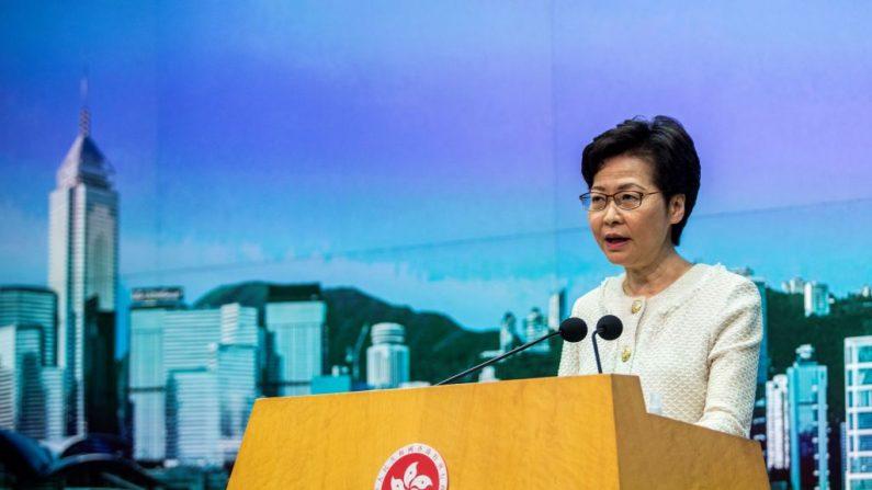 La directora ejecutiva de Hong Kong, Carrie Lam, habla a los medios sobre la nueva ley de seguridad nacional presentada a la ciudad en su conferencia de prensa semanal en Hong Kong el 7 de julio de 2020. (Isaac Lawrence / AFP a través de Getty Images)
