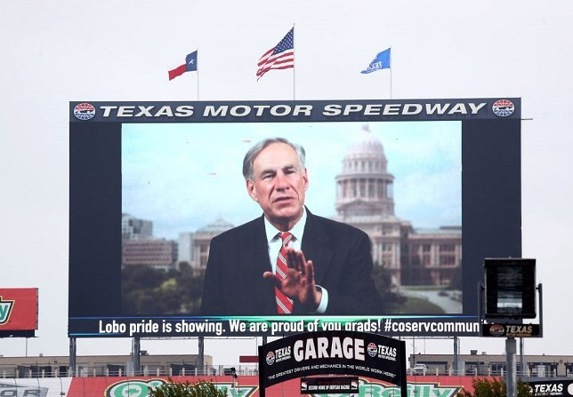 "El gobernador de Texas Greg Abbott es visto en ""Big Hoss TV"" antes de las ceremonias de graduación de la secundaria Little Elm en Texas Motor Speedway el 21 de mayo de 2020 en Fort Worth, Texas. (Ronald Martinez/Getty Images)"