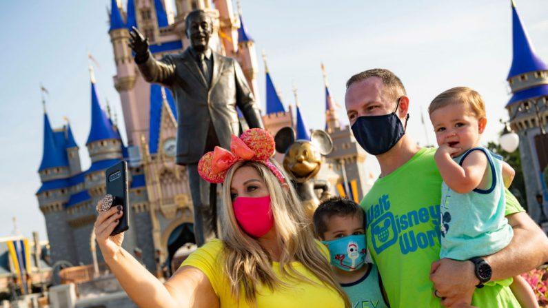 En esta foto, entregada por Walt Disney World Resort, los invitados se detienen para tomarse una selfie en el Parque Magic Kingdom, en Walt Disney World Resort, el 11 de julio de 2020, en Lake Buena Vista, Florida (EE.UU.). (Matt Stroshane/Walt Disney World Resort vía Getty Images)