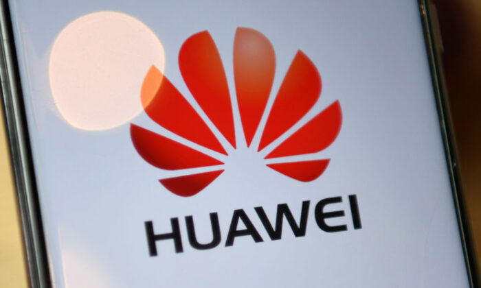 El logotipo de la compañía china Huawei se ve en la pantalla de un teléfono móvil Huawei en Londres el 14 de julio de 2020. (Daniel Leal-Olivas/AFP a través de Getty Images)