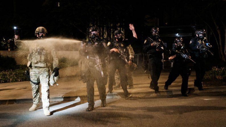 Oficiales federales usan gases lacrimógenos y otras municiones de dispersión de multitudes en manifestantes violentos en Portland, Oregón, el 17 de julio de 2020. (Mason Trinca/Getty Images)
