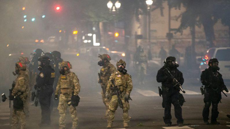 La policía federal hace guardia en la calle Salmon después de alejar a los manifestantes del juzgado Mark O. Hatfield el 21 de julio de 2020 en Portland, Ore. (Nathan Howard/Getty Images)