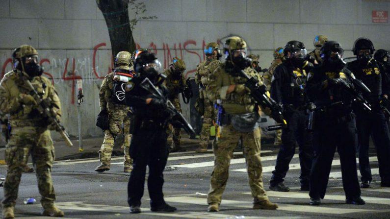 Oficiales de la policía federal hacen guardia durante una protesta en Portland, Oregon, el 23 de julio de 2020.(ANKUR DHOLAKIA/AFP vía Getty Images)