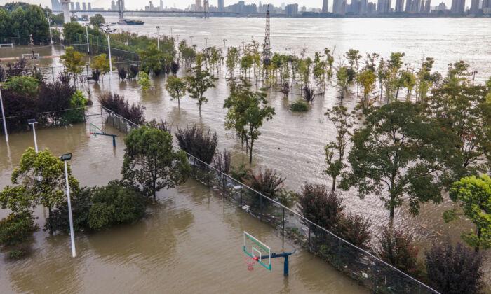 Un campo deportivo a lo largo del río Yangtsé se inundó en Wuhan, en la provincia central de Hubei, China, el 28 de julio de 2020. (STR/AFP vía Getty Images)