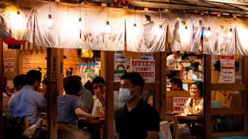 La gente come en un restaurante en el área de Tokyos Shimbashi (Japón) el 31 de julio de 2020. (Foto de BEHROUZ MEHRI/AFP vía Getty Images)
