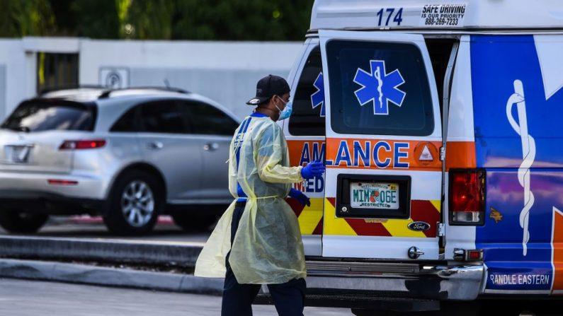 Un médico se prepara para trasladar a un paciente en camilla desde una ambulancia fuera de la sala de emergencias del Hospital Coral Gables, cerca de Miami (EE.UU.), el 30 de julio de 2020. (Foto de CHANDAN KHANNA/AFP vía Getty Images)