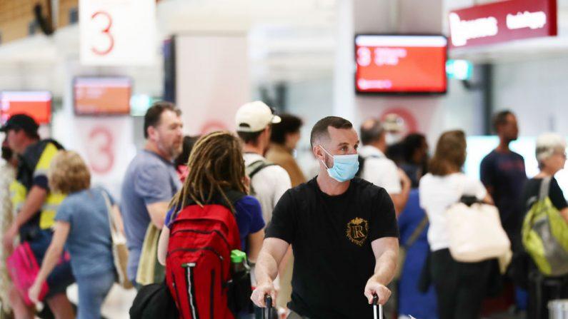 Los pasajeros que llegan de Melbourne recogen su equipaje en el aeropuerto nacional de Sídney el 2 de julio de 2020 en Sídney, Australia. (Foto de Mark Metcalfe/Getty Images)