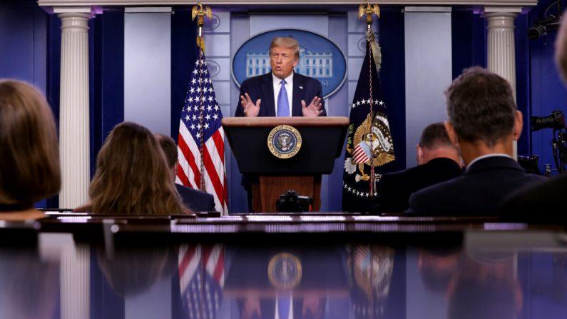 El presidente Donald Trump habla con periodistas durante una conferencia de prensa sobre la respuesta de su administración a la pandemia de COVID-19 en la Sala de prensa de Brady Press en la Casa Blanca en Washington el 22 de julio de 2020. (Chip Somodevilla/Getty Images)
