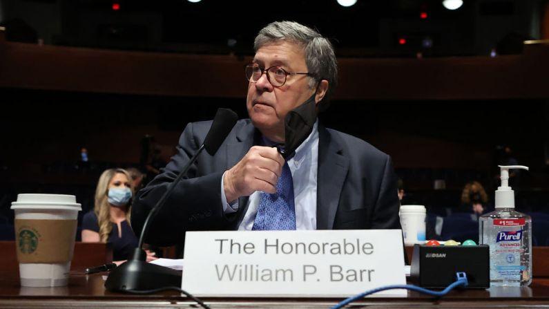 El fiscal general de EE.UU., William Barr, se quita la mascarilla antes de testificar ante el Comité Judicial de la Cámara de Representantes en el Capitolio de los Estados Unidos el 28 de julio de 2020 en Washington, DC. (Chip Somodevilla/Getty Images)