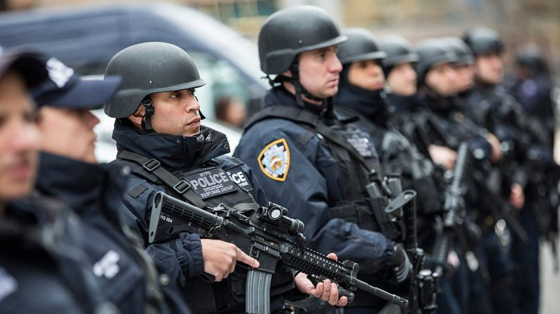 Miembros del Grupo de Respuesta Estratégica del Departamento de Policía de Nueva York (NYPD) están afuera de la sede de NYPD en la ciudad de Nueva York, el 17 de febrero de 2016. (Andrew Burton/Getty Images)