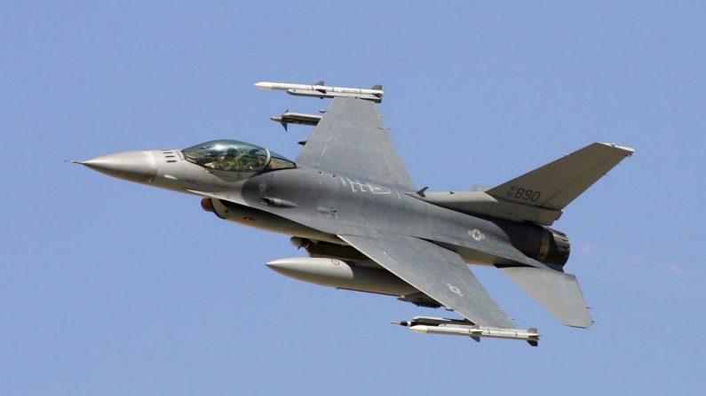 Un F-16C Fighting Falcon durante una demostración de potencia de fuego de la Fuerza Aérea de EE.UU., en el Campo de Pruebas y Entrenamiento de Nevada, el 14 de septiembre de 2007, cerca de Indian Springs, Nevada. (Ethan Miller/Getty Images)