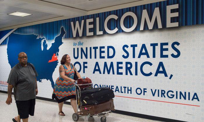 Viajeros internacionales salen del área de Aduanas e Inmigración del Aeropuerto Internacional de Dulles en Dulles, Virginia, el 29 de junio. (Paul J. Richards/AFP/Getty Images)