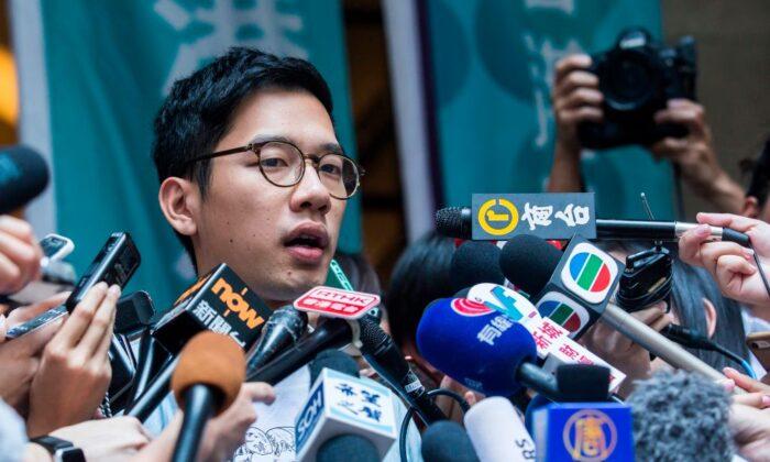 El activista en favor de la democracia, Nathan Law, habla con los medios de comunicación fuera del Tribunal de Apelación Final, en Hong Kong, el 24 de octubre de 2017. (Isaac Lawrence/AFP a través de Getty Images)