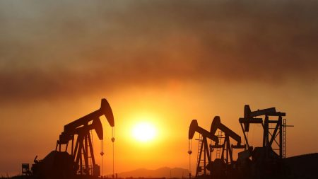 Cae precio del petróleo, pero sube expectativa para que la OPEP disminuya los recortes de producción