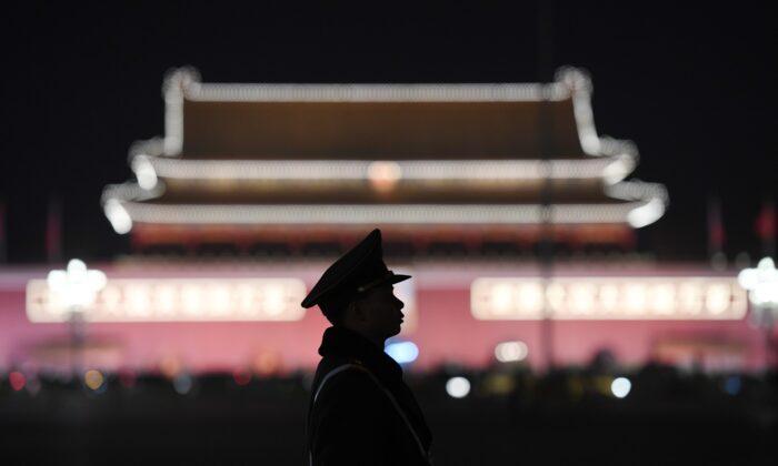 Un policía paramilitar hace guardia en la Plaza Tiananmen de Beijing el 11 de marzo de 2018. (Greg Baker/AFP a través de Getty Images)