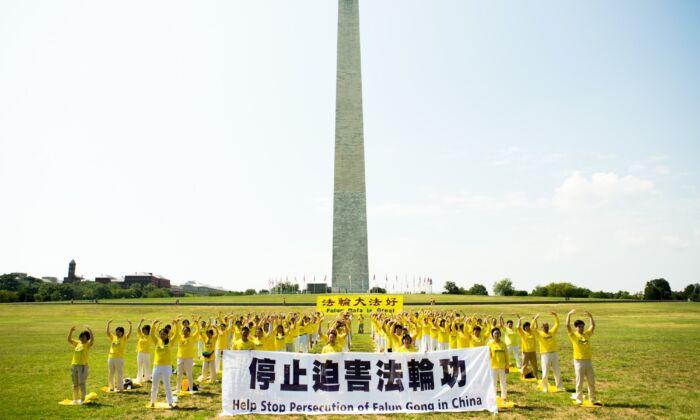 Más de cien practicantes de Falun Gong practican los ejercicios en el césped frente al Monumento a Washington para pedir el fin de la persecución del PCCh a su disciplina espiritual. Washington, D.C., 19 de julio de 2020. (Lisa Fan/The Epoch Times)
