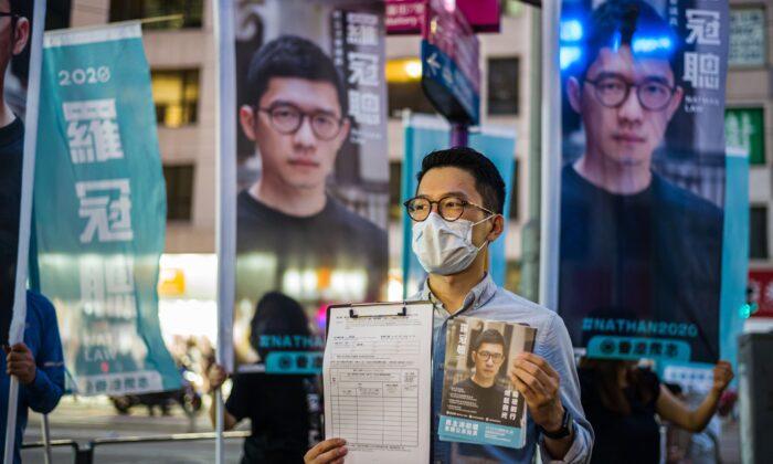 El miembro de la organización política pro-democracia Demosisto y el legislador descalificado, Nathan Law, (C), habla con los reporteros en Hong Kong, el 19 de junio de 2020. (Anthony Wallace/AFP vía Getty Images)