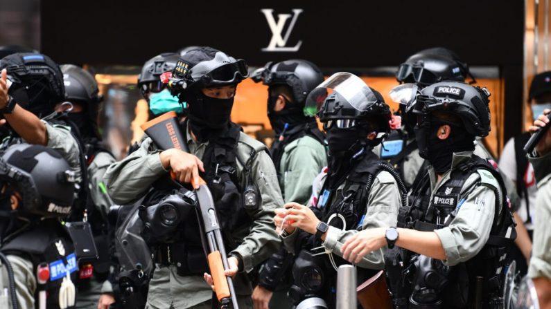 La policía antidisturbios intenta despejar a las personas reunidas en el distrito central del centro de Hong Kong el 27 de mayo de 2020. (Anthony Wallace/AFP a través de Getty Images)