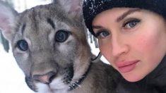 Mujer rusa tiene un puma como mascota junto a su pequeño perro pomerania