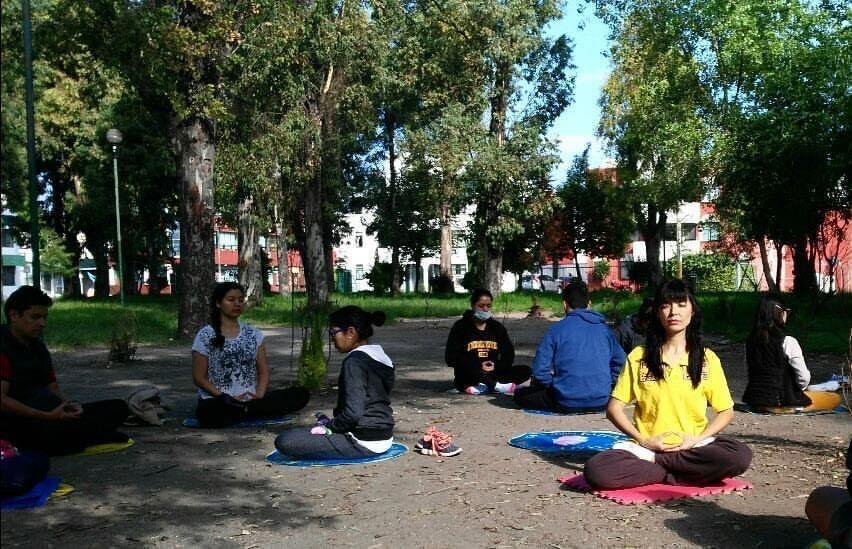 Jenny con otros practicantes de Falun Dafa en un sitio de práctica en Puebla, México, (Cortesía de Jennifer Pascual)