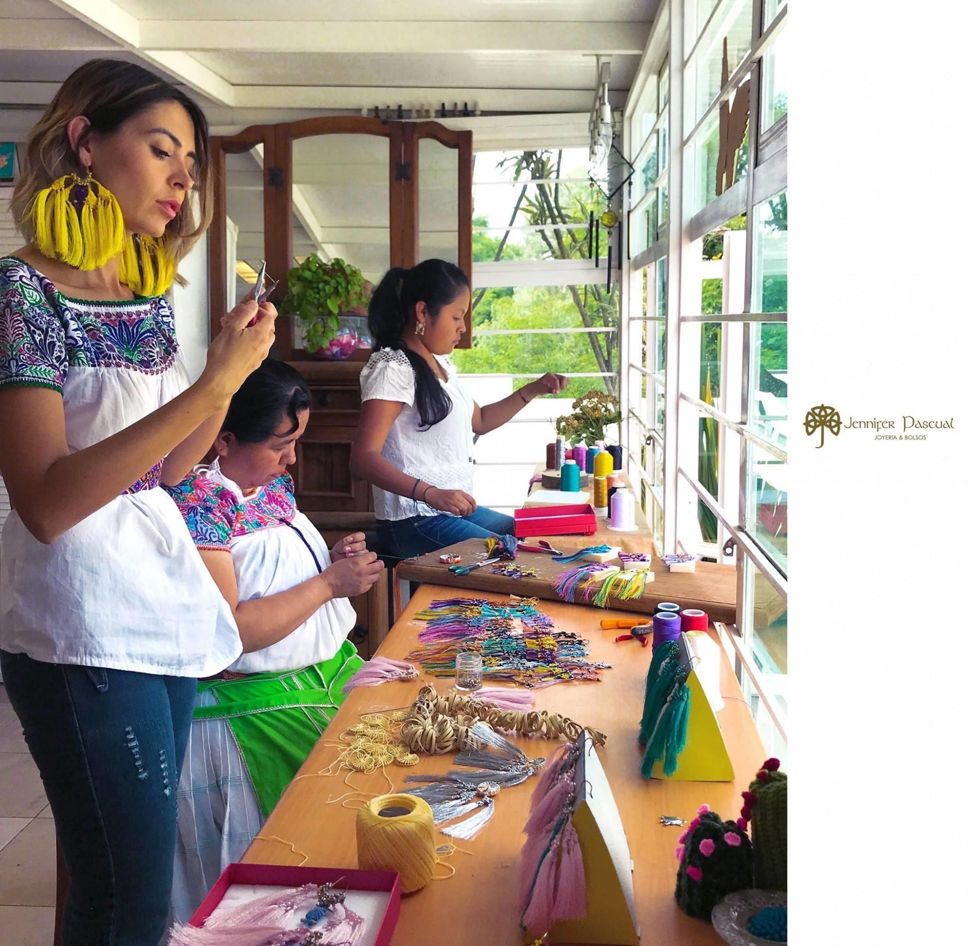 Jenny en su taller de creaciones artesanales con parte de su equipo de trabajo. (Cortesía de Jennifer Pascual)