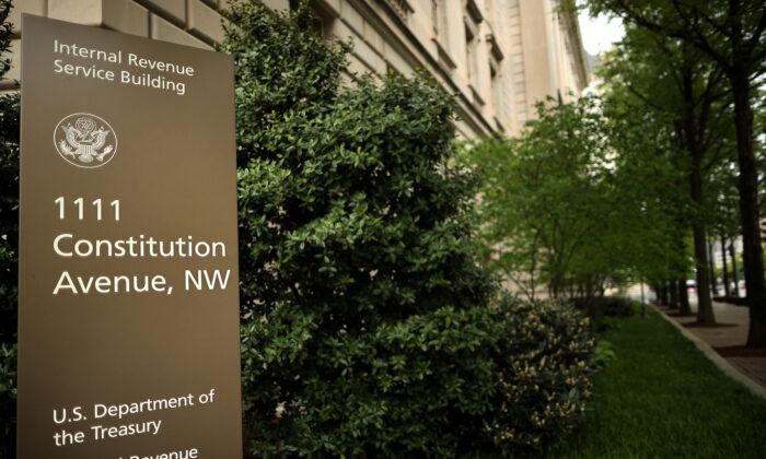 El edificio de la sede del Servicio de Impuestos Internos parecía estar prácticamente vacío en la sección del Triángulo Federal de Washington, el 27 de abril de 2020. (Chip Somodevilla/Getty Images)