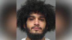 Arrestan a un hombre acusado de fotografiarse arrodillado sobre el cuello de un niño de dos años