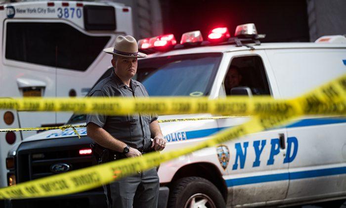 Un oficial de policía hace guardia en la calle 32 cerca de una escena del crimen en investigación en la ciudad de Nueva York el 15 de septiembre de 2016. (Drew Angerer/Getty Images)