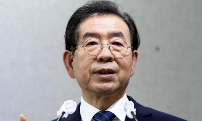El alcalde de Seúl, Park Won-soon, habla durante una conferencia de prensa en el Ayuntamiento de Seúl, en Seúl, Corea del Sur, el 8 de julio de 2020. (Cheon Jin-hwan/Newsis via AP)