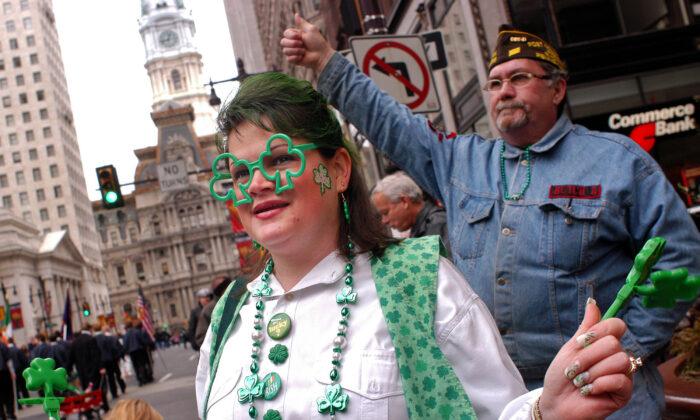 Una mujer mira el desfile del día de San Patricio en Filadelfia, Pensilvania, el 14 de marzo de 2004. Los funcionarios de la ciudad anunciaron una moratoria de seis meses de los eventos públicos el 14 de julio de 2020. (William Thomas Cain/Getty Images)