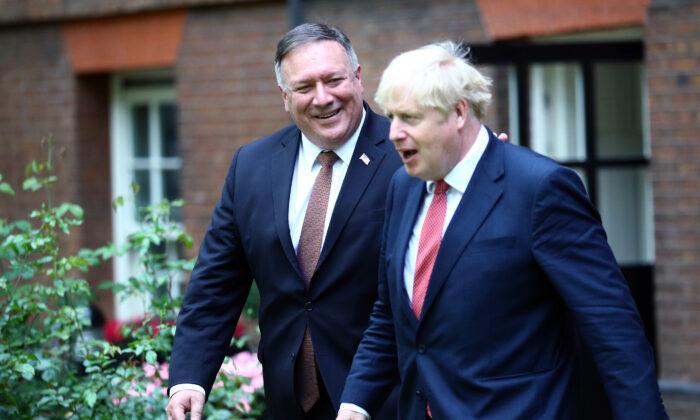 El secretario de Estado de EE.UU. Mike Pompeo (Izq.) se reúne con el primer ministro británico Boris Johnson en Downing Street para mantener conversaciones el 21 de julio de 2020. (Hannah McKay - WPA Pool/Getty Images)