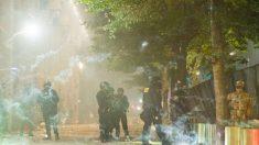 Hieren a seis agentes federales por la noche durante enfrentamientos con alborotadores en Portland