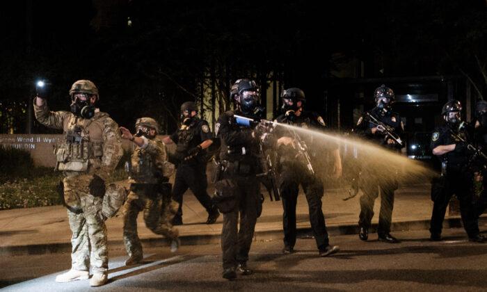 Oficiales federales responden a violentas protestas frente al Centro de Justicia del Condado de Multnomah en Portland, Oregon, el 17 de julio de 2020. (Mason Trinca/Getty Images)