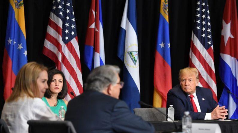 """El presidente Donald Trump preside una mesa redonda titulada """"Apoyar al pueblo de Venezuela"""" en el Centro de Adoración de la Iglesia Doral Jesús en Doral, Florida, el 10 de julio de 2020. (Saul Loeb/AFP vía Getty Images)"""